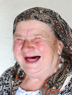 Herzhaft lachende ältere Frau/© by Ponds5, 1@zurijeta
